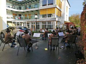 Stadtkapelle Deutschlandsberg beim Seniorenheim Kirschallee mit BewohnerInnen